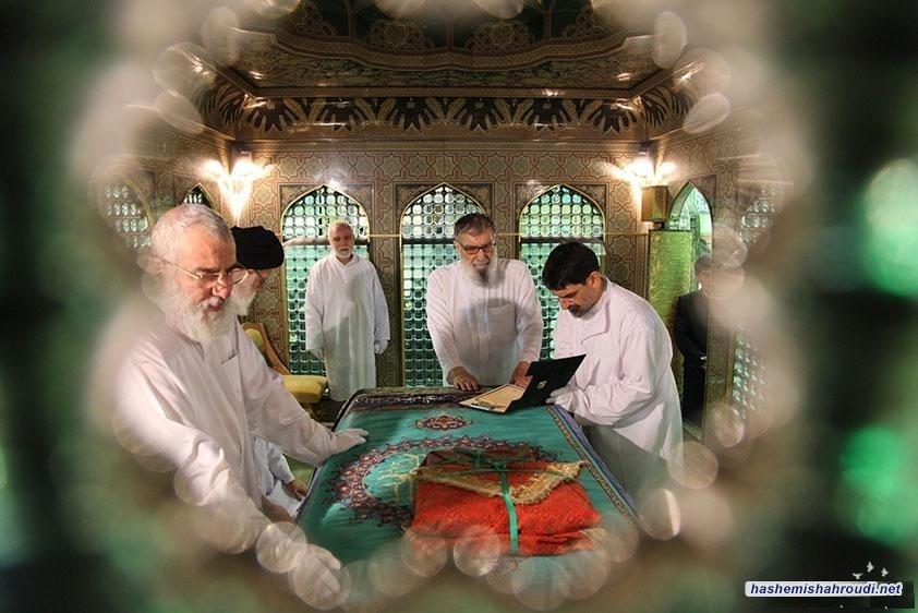 سماحة آية الله العظمى السيد محمود الهاشمي (حفظه الله) يشارك في مراسم إزالة الغبار عن مرقد الإمام الرضا (ع)